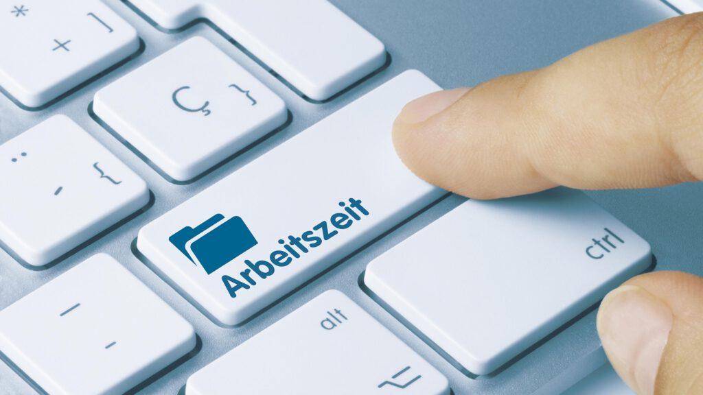 Digitale Zeiterfassung per Knopfdruck. Der Ausschnitt einer Computertastatur zeigt eine längliche Taste mit der Aufschrift Arbeitszeit.