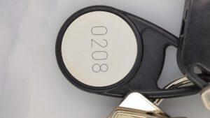 Auf dem Bild ist ein Transponder-Chip zu sehen, der an einem Schlüsselbund hängt.